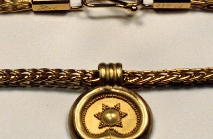 riproduzione pendente in granulazione etrusca, collana in maglia romana